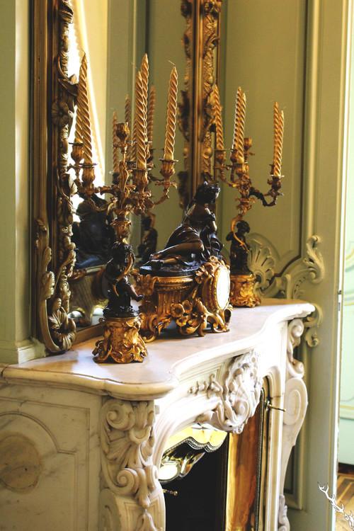 убранство камина часы подсвечники зеркало