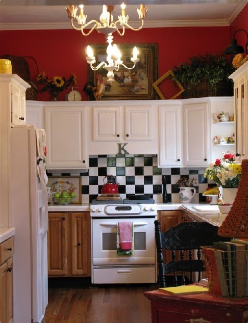 Colorful cottage decorating ideas in red yellow blue black for Blue and yellow kitchen decorating ideas