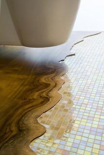 piso em pastilhas com madeira no banheiro
