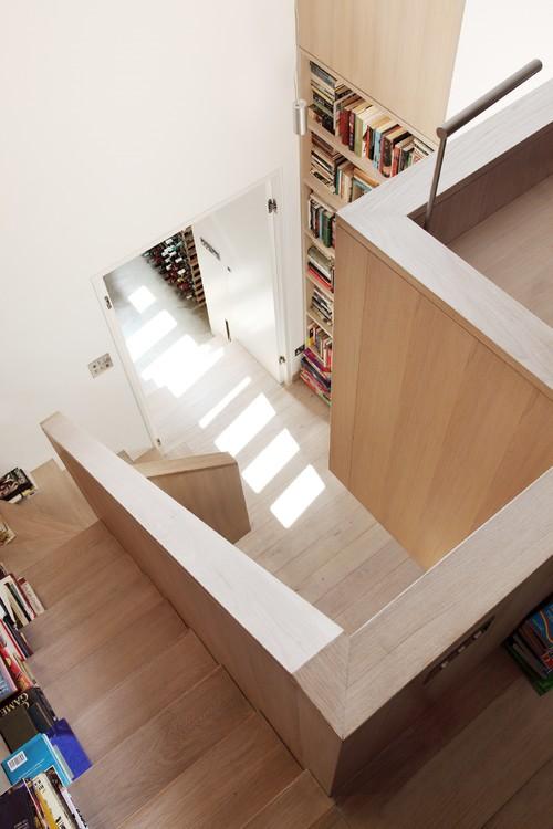 минимализм в таунхаусе деревянная бежевая лестница белые стены