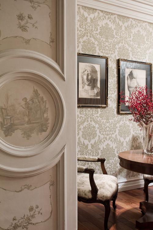 светлые двери с рисунком обои орнаментальные классика